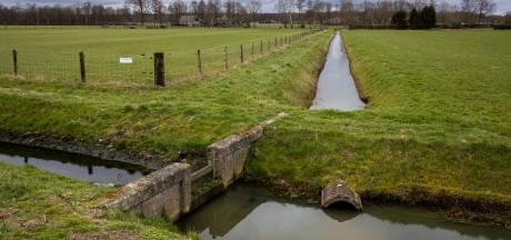 Illegaal gedempte sloten in Staphorst weer open graven