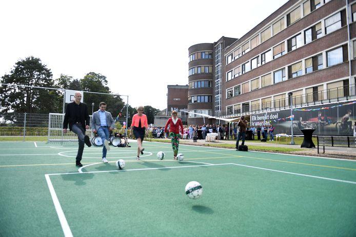 Ook voetbal behoort tot de mogelijkheden op het nieuwe buitensportterrein.