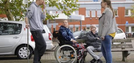 Patiënten vertwijfeld bij ingang ziekenhuis Lelystad: 'Waar moet ik straks heen?'