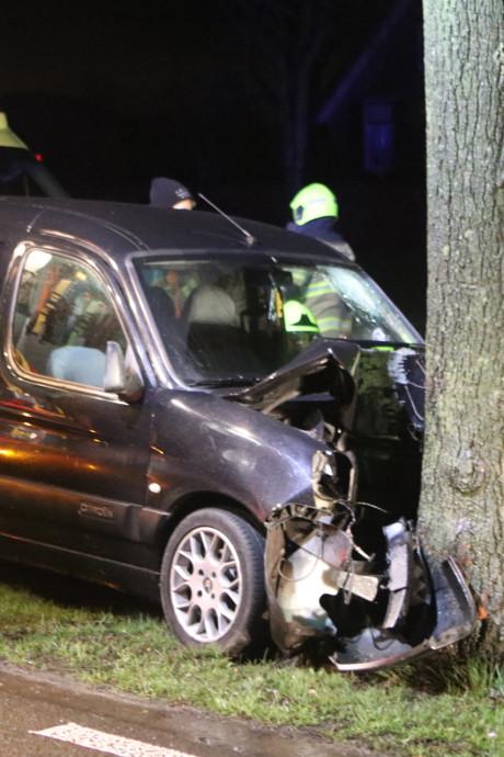 Automobilist gewond na botsing tegen boom in Lunteren
