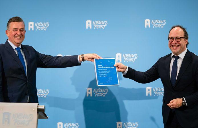 Emile Roemer, voorzitter van het Aanjaagteam, bood in oktober zijn rapport met aanbevelingen over arbeidsmigranten aan bij minister Koolmees van Sociale Zaken en Werkgelegenheid.