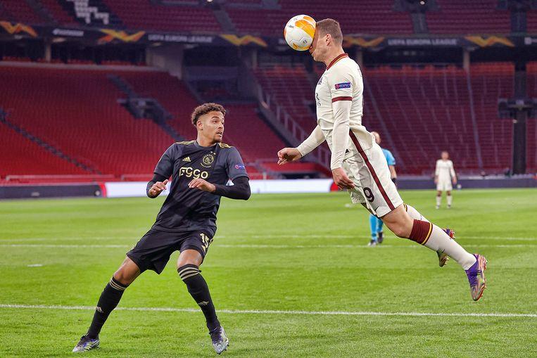 Devyne Rensch van Ajax komt te laat om de kopkans van Romaspeler Edin Dzeko te voorkomen. Beeld Pro Shots / Stanley Gontha