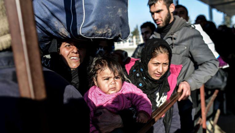 Syrische vluchtelingen schuiven aan bij de grens met Turkije. Nu ook Rusland Aleppo bombardeert, is de verschrikking er compleet. Beeld afp