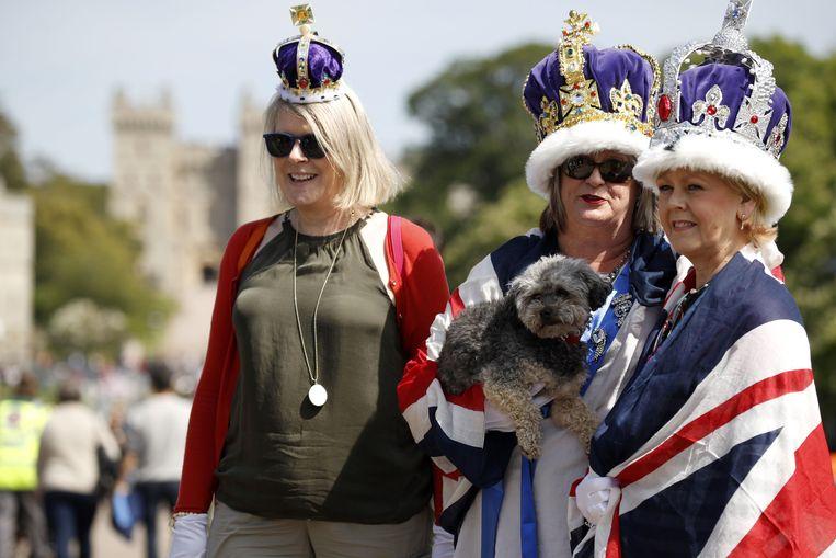 Aan de Long Walk in Windsor hadden de royaltyfans zich gisteren al uitgedost. Beeld AFP