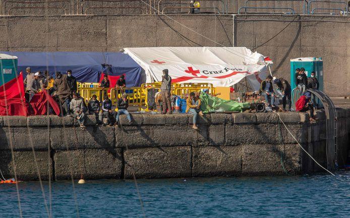 Migranten aan de haven op Gran Canaria vandaag.