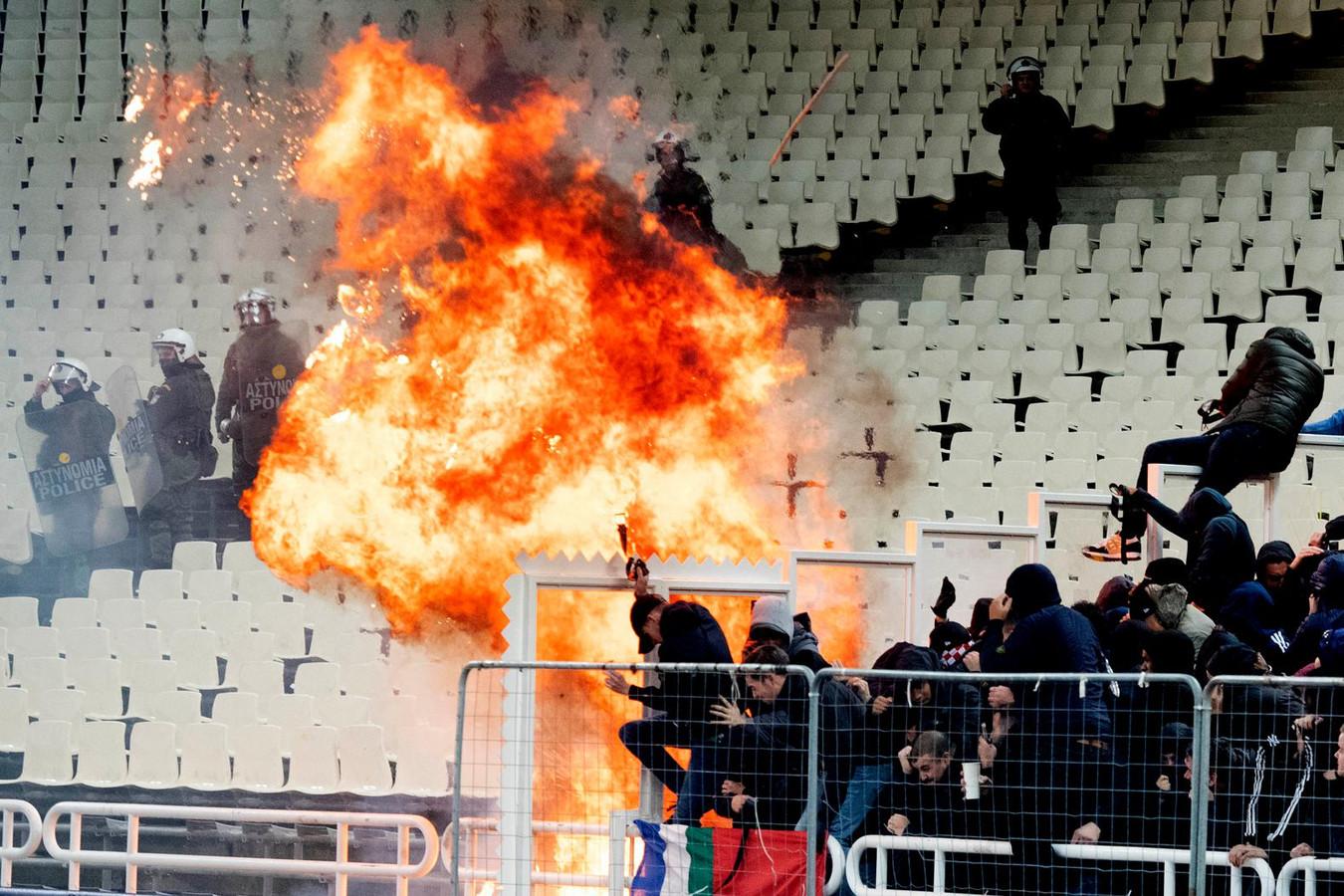 Bij de rellen in Athene werd onder meer een molotovcocktail naar de Ajax-fans gegooid.