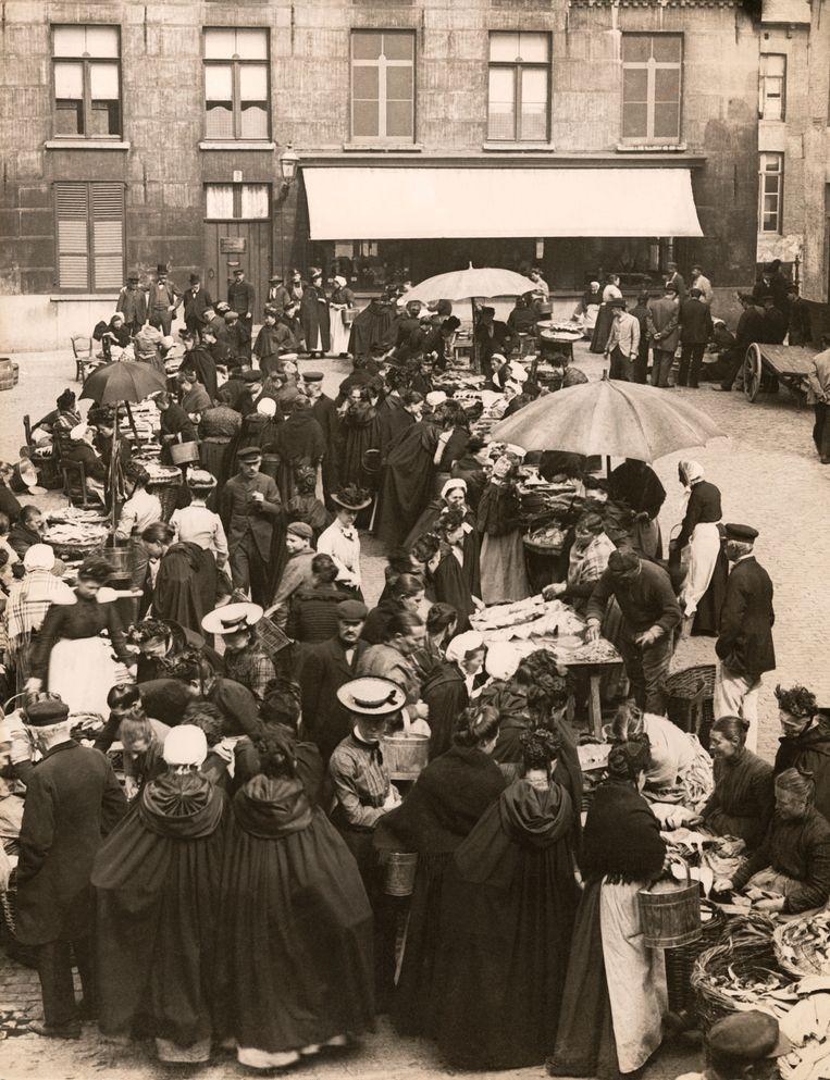Drukte op de Brugse vismarkt, begin vorige eeuw. Facebook, Twitter en andere sociale media zijn een forum zoals vroeger de markt. En het forum was het centrum van de oude democratie, zegt Noels. Beeld © Underwood Archives