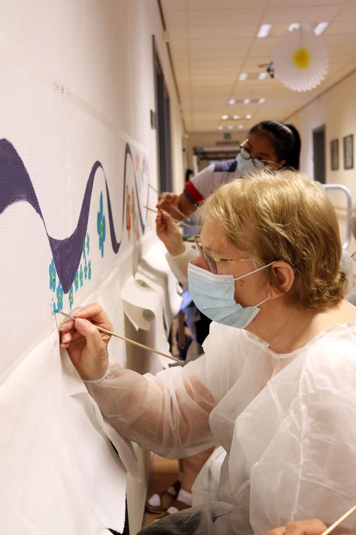 Patiënten met cognitieve stoornissen maken een muurschildering.