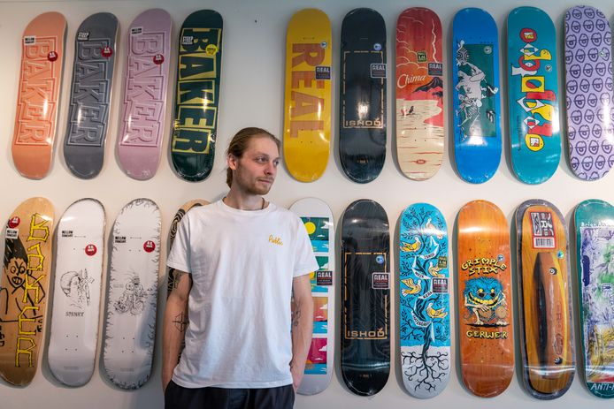 Yannick Wijgman in zijn Public Skateshop. Het ene skateboard is nog mooier het andere.