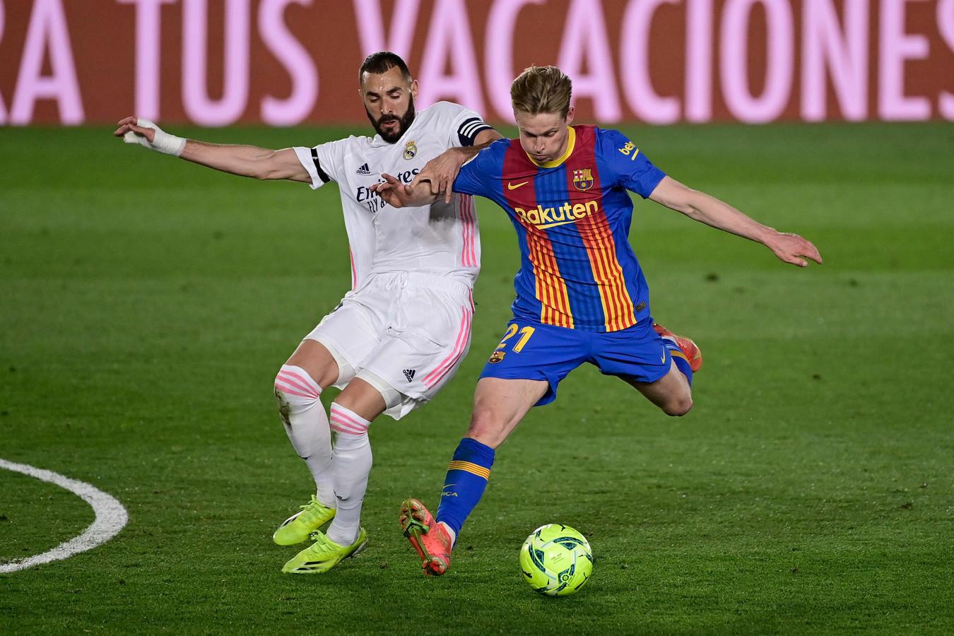 Frenkie de Jong (r) namens Barcelona in duel met Karim Benzema tijdens de verloren topper tegen Real Madrid.