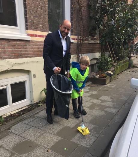Wens Loek (6) in vervulling: burgemeester Marcouch geeft hem een afvalknijper