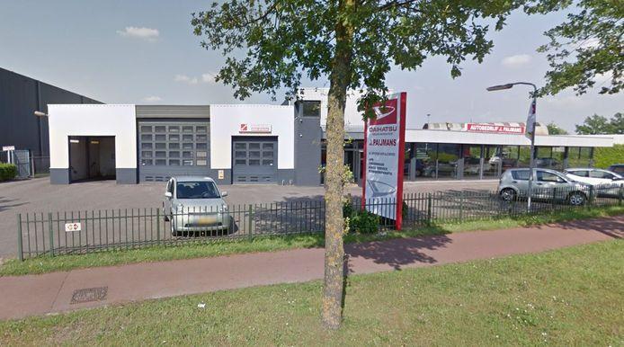 Autobedrijf Paijmans maakt aan de Bedrijfsweg in Oisterwijk plaats voor Van Iersel Tuin & Park