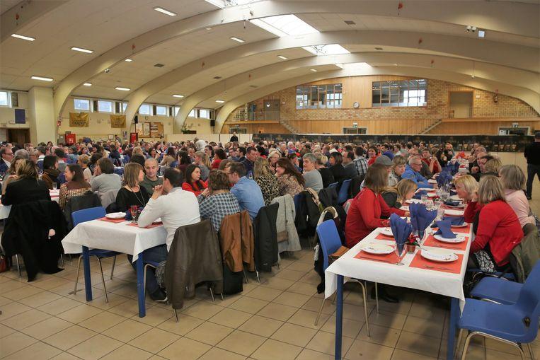 Het schoolteam verzamelde in de grote eetzaal op de campus voor een gezellige lunch.