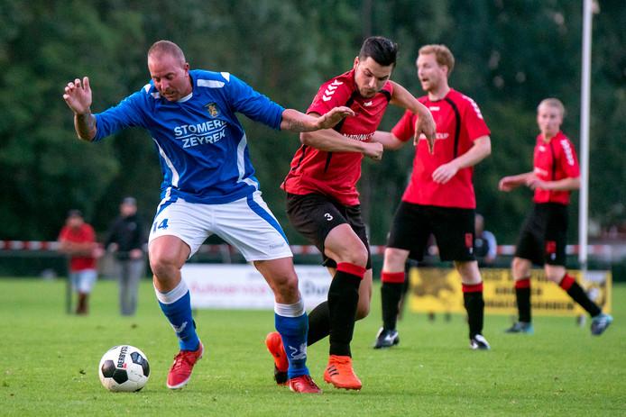 Duel uit de finale van de Arnhem Cup in 2018 tussen Eendracht Arnhem (blauw) en AVW'66. De Westervoorters wonnen met 2-1.