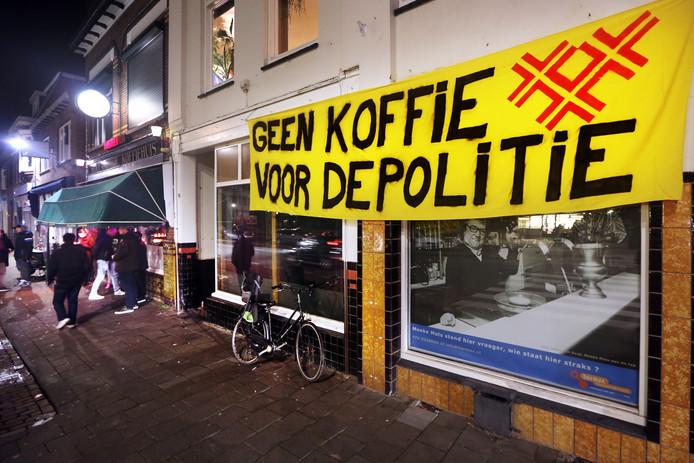 De NAC-fans die de wedstrijd tegen VVV Venlo volgen in Café Het Hollandsch Koffiehuis aan de Haagweg in Breda hebben een spandoek aan de naastgelegen gevel gehangen om hun onvrede te uitten over de gang van zaken rondom uitbater John Bogers.