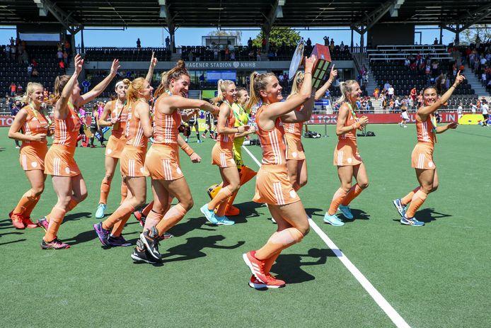 Speelsters van Nederland vieren het kampioenschap.