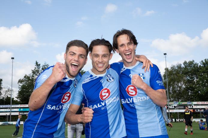 Enthousiasme bij de SVI-spelers Mark de Haan, Nico Veldman en Sinan Can Cumert (vlnr) na de meeslepende nacompetitiewedstrijd tegen Lelystad'67.