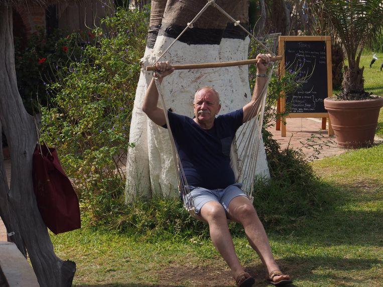 Peter Engels in de tuin van zijn resort. Beeld TON DAMEN