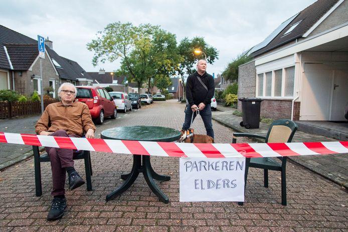 Dave Hillen en André Vlashof voor de afgesloten Mina Krusemanstraat in Enschede.