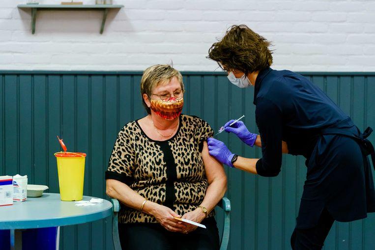 Een huisarts dient een vaccin toe in Bruinisse. Beeld ANP
