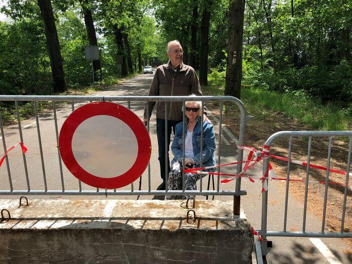 De ouders van Alexandra Grol bij de grens in Achel.