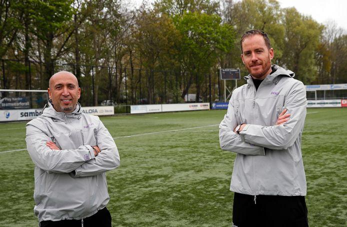 Niels van der Vlist (r), de voorzitter van FC Banlieue en Jaouhar Kasmi, hoofd opleiding.