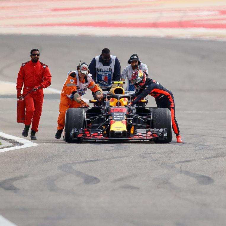 Circuitmedewerkers helpen Max Verstappen met zijn auto. Beeld Getty