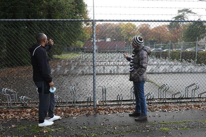 Vluchtelingen Seife en Azar bij de lege fietsenstalling van het azc in Overloon. Ze kunnen hun fietsen er niet laten staan, want die worden dan zeker gestolen.