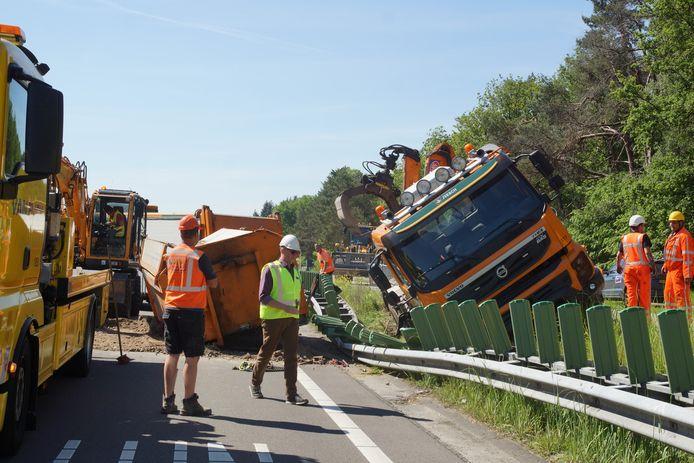 Vrachtwagen kantelt op de N261 bij Kaatsheuvel.