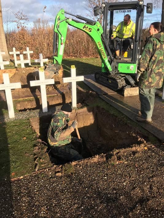 De twee Franse militairen worden opgegraven op de Franse begraafplaats in Kapelle.