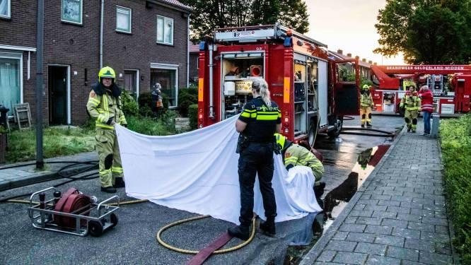 Bewoner naar ziekenhuis nadat hij 5 hondjes redt uit brandend huis, 4 dieren overlijden, brandweer reanimeert 4 beestjes