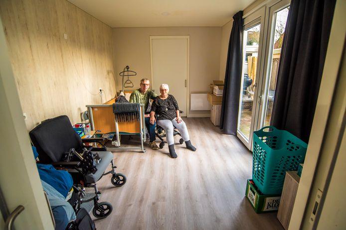 Anita en Paul van der Wal in de zorgunit die geplaatst is in hun tuin.  Anita lijdt aan  ALS en zal steeds meer hulp nodig hebben.