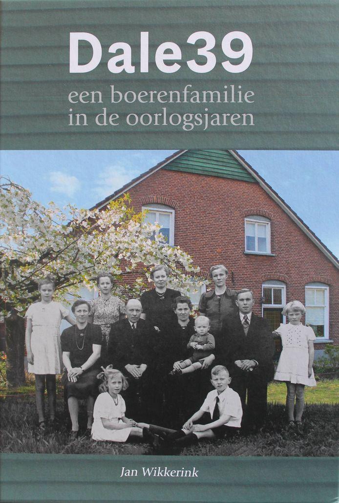 De familie Wiggers met centraal opa Hendrik en oma Leida voor het huis bij Aalten. Kleinzoon Jan Wikkerink schreef een boek over de familie in de oorlog.