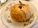 Als extra voorgerecht een prachtig bolletje bladerdeeg: een krokant pasteitje met hertenstoof.