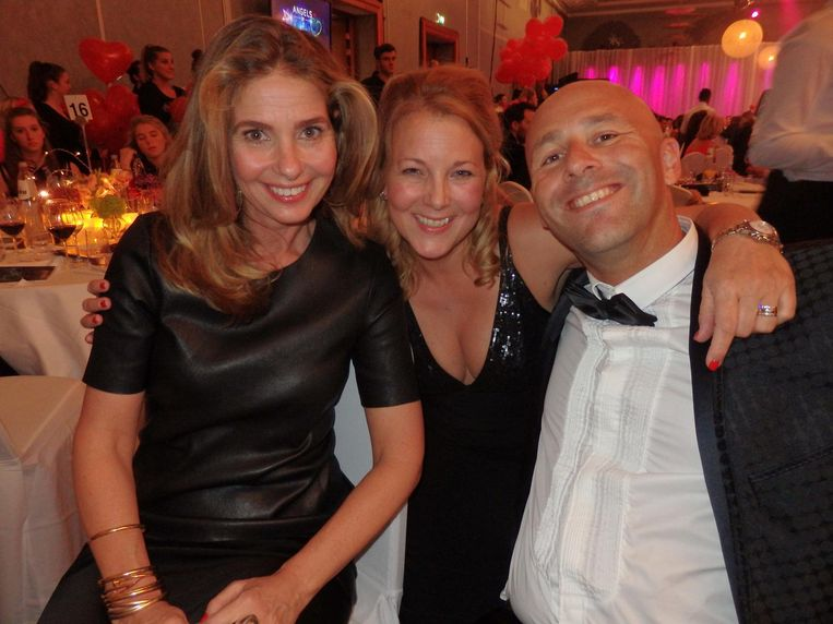 Leonie van Bloemendaal (m) gaat een weekendje shoppen in Milaan en Parijs (14.000 euro) voor het goede doel, met man Stefan en vriendin Dany van der Boom Beeld Schuim