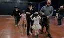 Helena en haar broers en zussen wandelen rond in een virtuele wereld.