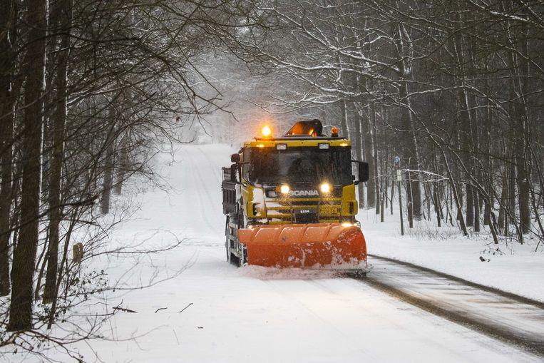 Een sneeuwschuiver in de omgeving van Holten.  Beeld ANP