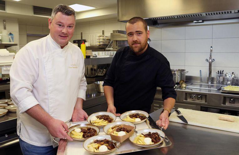 Peter Vangenechten en Gert Verheyen bij de frietjes met stoofvlees.