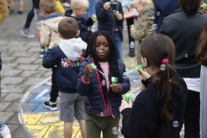 Lennik: Pajotse gemeenten slaan de handen in elkaar om kinderen in een rookvrije omgeving te laten opgroeien. Doen ze met ludieke actie bellen blazen in SGI