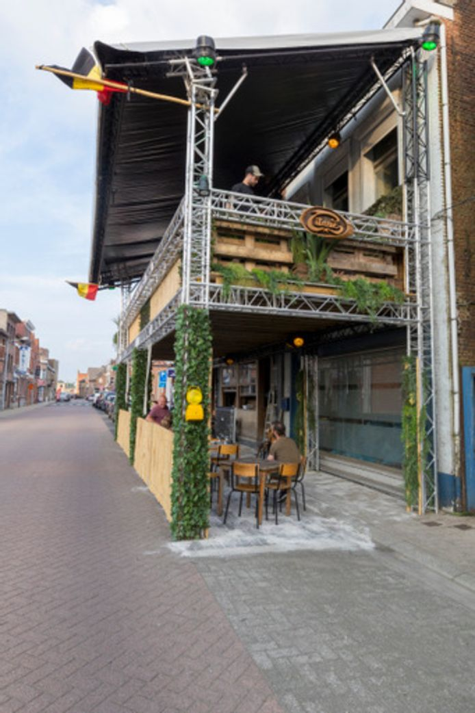 Het terras van café Titanic in de Molenstraat te Herenthout