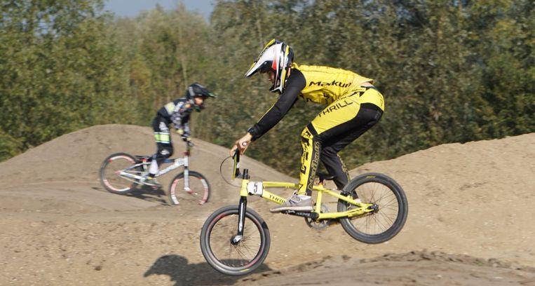 BMX'ers kijken uit naar het 'dirt park'.