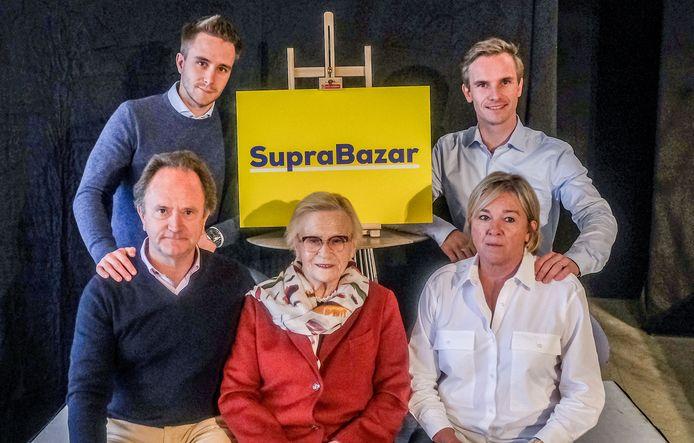 De familiefoto die de Vanhalsts verspreidden ter gelegenheid van de 55ste verjaardag van Supra Bazar: onderaan Geert Vanhalst - zoon van oprichter Marcel - met zijn moeder Margriet en vrouw Mieke. Bovenaan staan zonen Bavo en Lowie, die intussen ook mee in de zaak zitten.