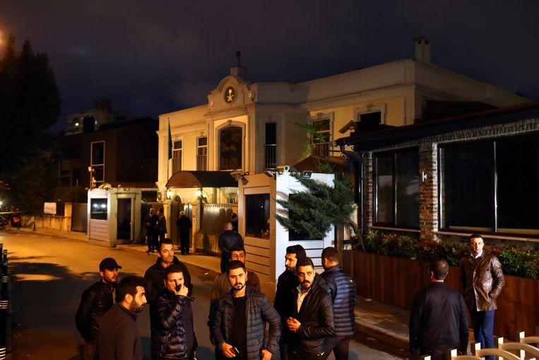 Turkse forensische agenten arriveren bij het Saudische consulaat in Istanbul voor onderzoek.Jamal Khashoggi werd het laatst gezien toen hij op 2 oktober het gebouw binnenging.  Beeld EPA