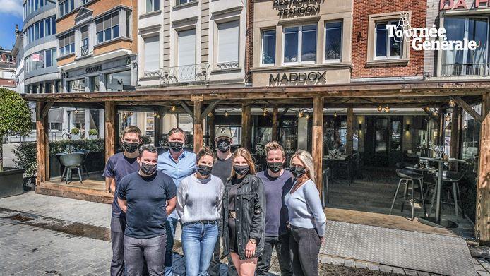 Het team van restaurant-tapasbar Maddox, bij de houten chalet op de Grote Markt
