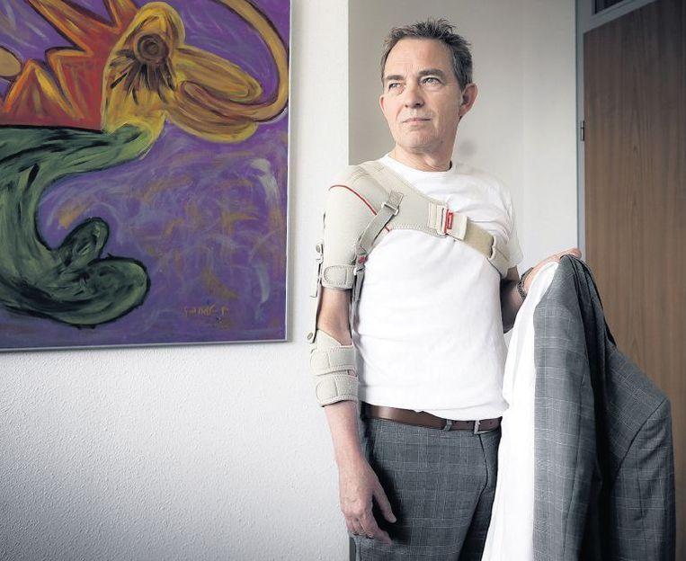 Gerard van Bakel lijdt aan het postpoliosyndroom. Zonder dit hulpmiddel zou zijn arm er los bij hangen en uit de kom kunnen schieten. Beeld Roger Dohmen