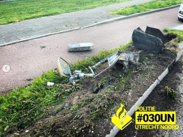 Een lantaarnpaal sneuvelde bij de botsing met de auto.