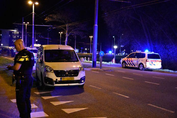 Op de Limburgsingel in Arnhem is een busje achtergebleven na de schietpartij.