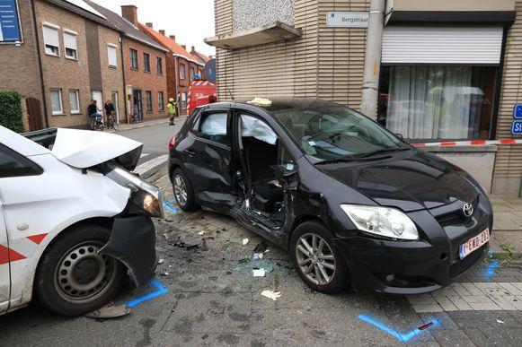 Een van de auto's belandde tegen een gevel en een verlichtingspaal.