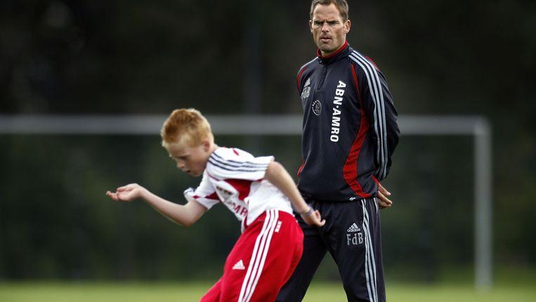 Frank de Boer bekijkt de inspanningen van de D`tjes van Ajax. Beeld Guus Dubbelman