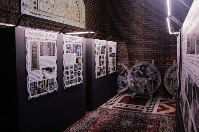 De gerestaureerde glasramen worden tegen het najaar van 2022 opnieuw in de Sint-Theodarduskerk verwacht.